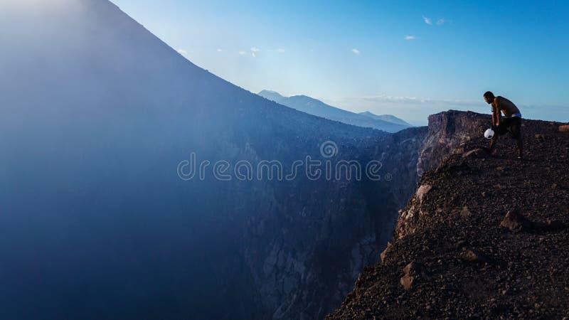 Смотреть вниз в вулкан стоковое фото rf