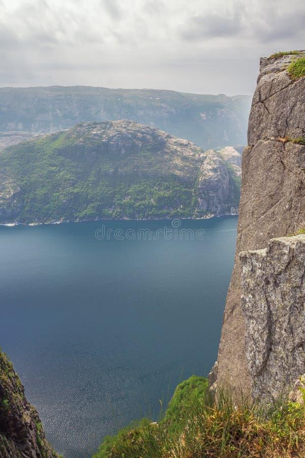 Смотреть вниз в Lysefjord стоковое изображение rf