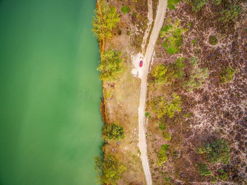 Смотреть вниз на малом красном автомобиле припарковал на береге Рекы Murray стоковое фото