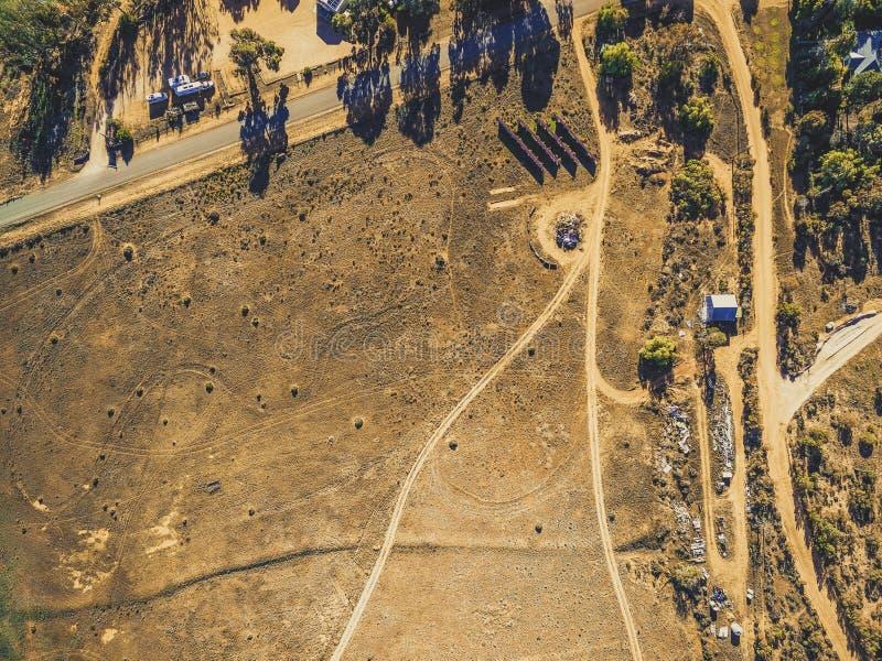 Смотреть вниз на неурожайной дезертированной земле стоковые фотографии rf