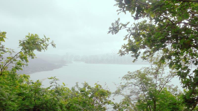 Смотреть вниз на туманном Mawwdach стоковые фото