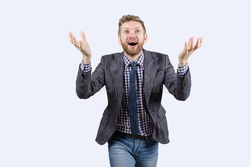 Смотреть Гая усмехаясь вверх, поднимающ его руку вверх, проницательность, взгляд со стороны стоковое изображение