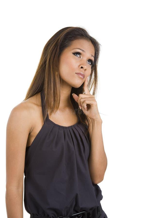 смотреть думающ вверх по женщине стоковое фото