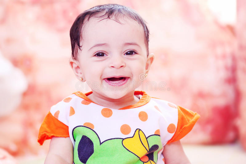 Смотреть девушки новорожденного стоковая фотография