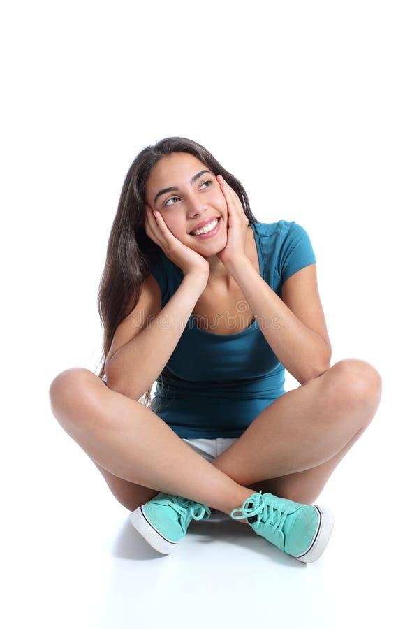 Смотреть девушки подростка сидя и думая косой стоковые фотографии rf