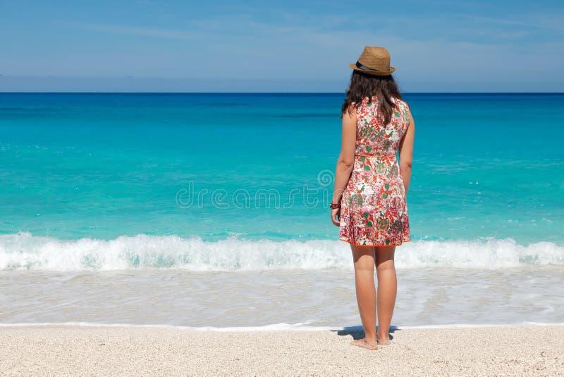 смотреть детенышей женщины моря стоковая фотография