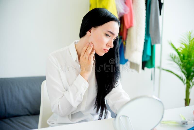 смотреть женщину зеркала стоковые фотографии rf