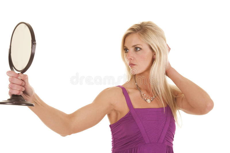 Смотреть женщины фиолетовый в зеркале стоковые фотографии rf