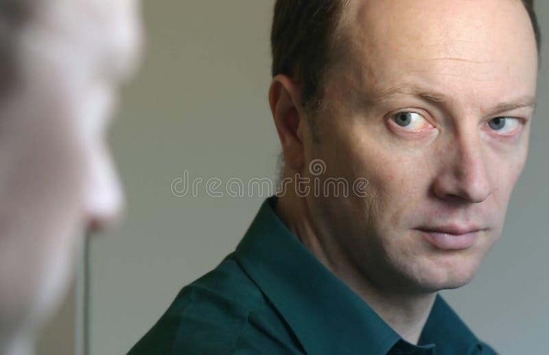 смотреть зеркало человека стоковое фото rf