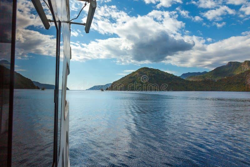Смотреть к скалистому побережью с деревьями в Эгейском море от яхты стоковые фото