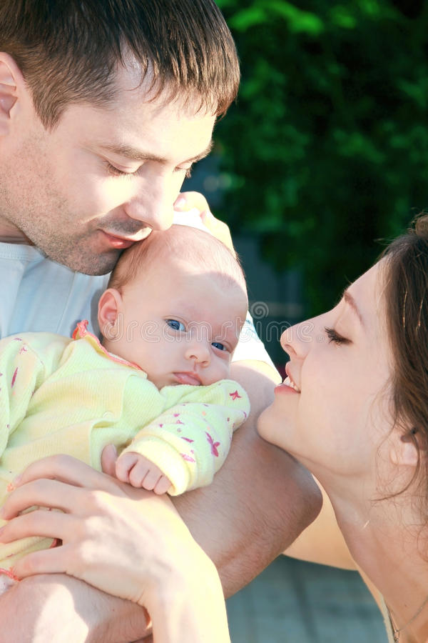смотреть младенца красивейший parents их стоковое изображение rf