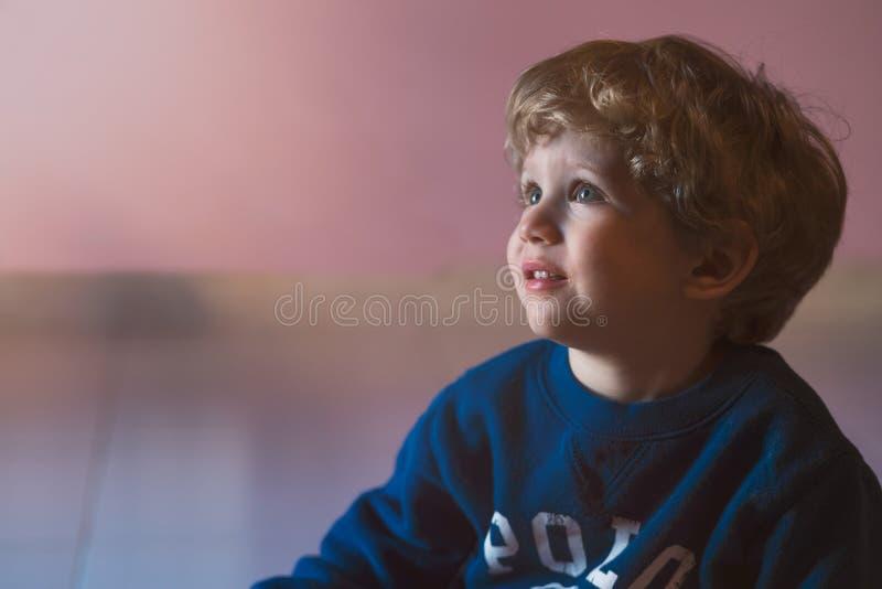 Смотреть младенческого мальчика сидя вверх стоковое изображение