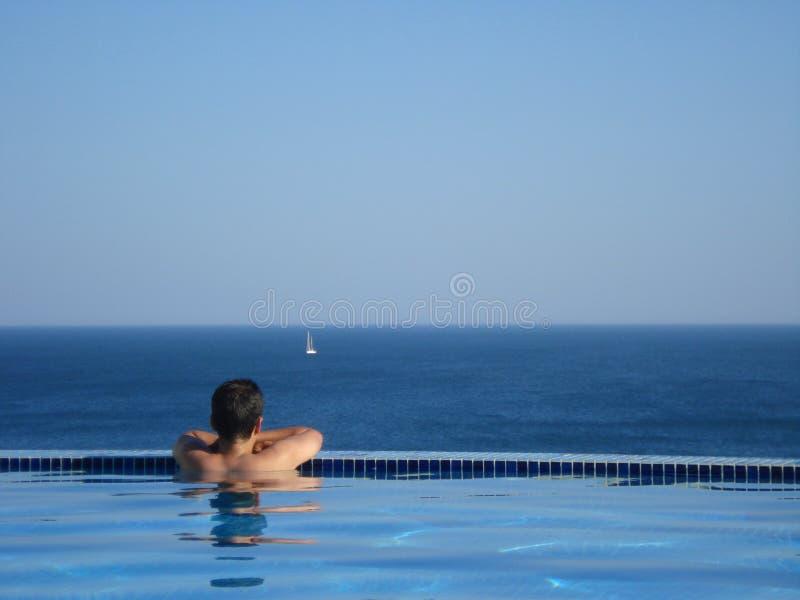 смотреть море бассеина человека стоковая фотография rf