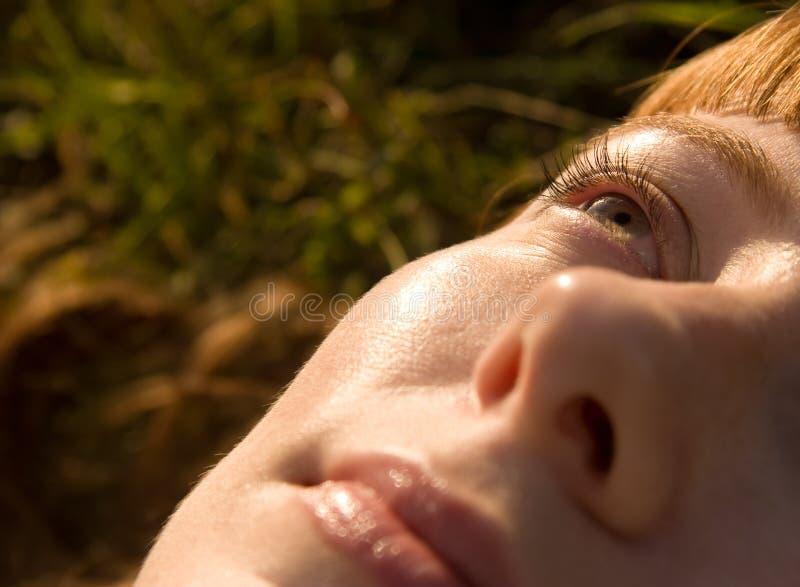 смотреть небо к поднимающей вверх женщине стоковая фотография