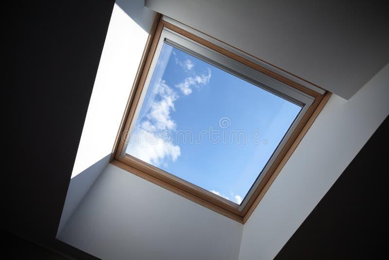 Смотреть до голубое облачное небо стоковые изображения