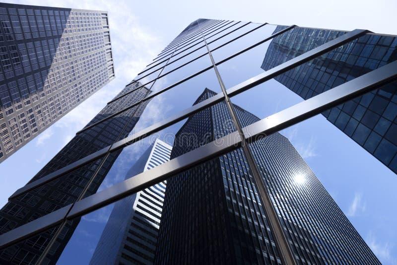 Смотреть до современные стеклянные и стальные офисные здания в более низком m стоковое изображение rf