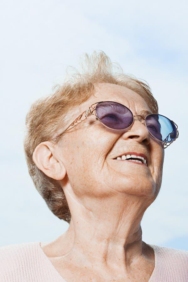 смотреть старшую поднимающую вверх женщину стоковое изображение