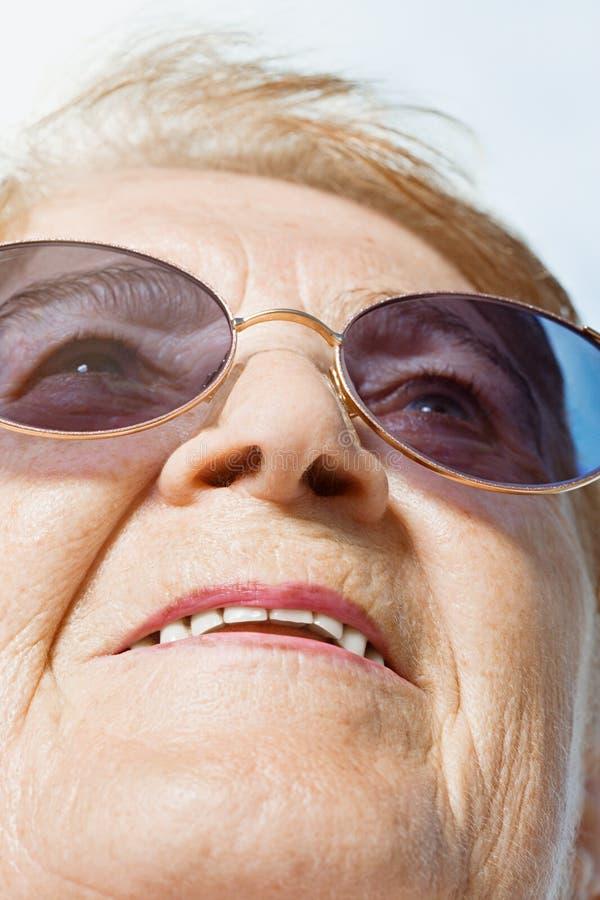 смотреть старшую поднимающую вверх женщину стоковая фотография