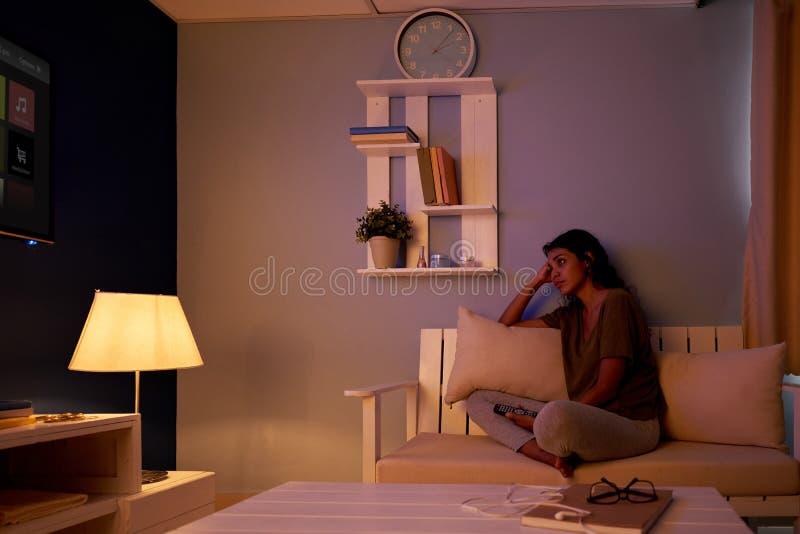 Смотреть ТВ на ноче стоковая фотография rf