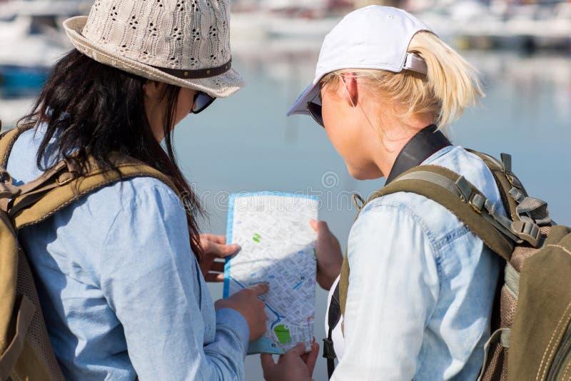 смотреть туристов карты стоковые фото