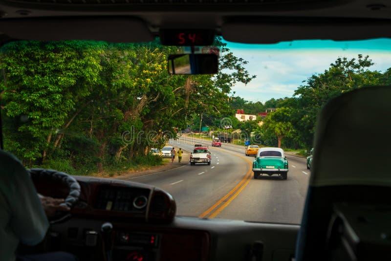 Смотреть через окно автомобиля к дороге стоковое изображение