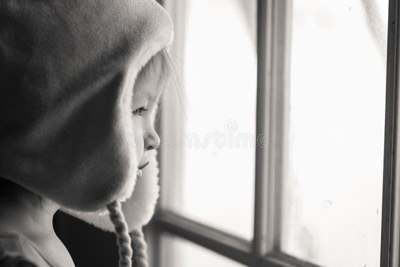 Смотреть через окно черно-белое стоковые фото