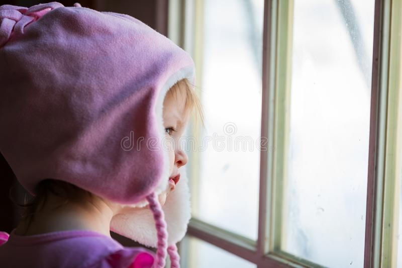 Смотреть через окно стоковое изображение rf