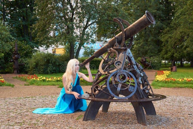 Смотреть через телескоп стоковые фото