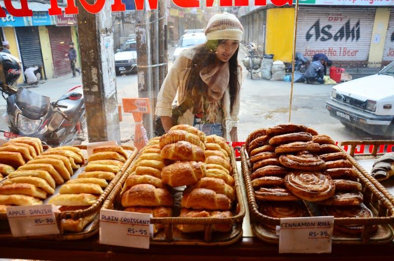 Смотреть людей женщин путешественника тайский и отборный хлеб в магазине для покупки на thamel стоковое фото