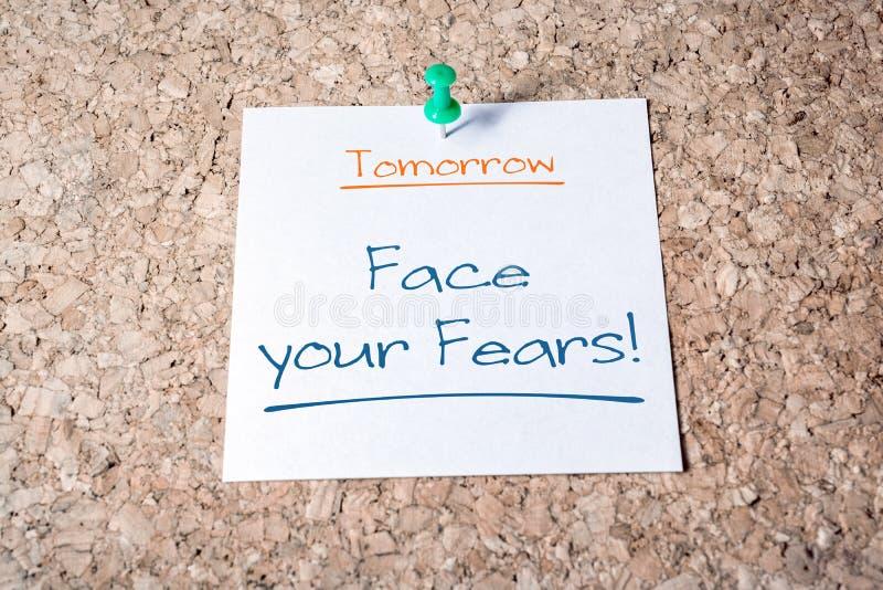Смотрите на ваше напоминание страхов на завтра на бумаге прикалыванной на пробковой доске стоковое фото rf