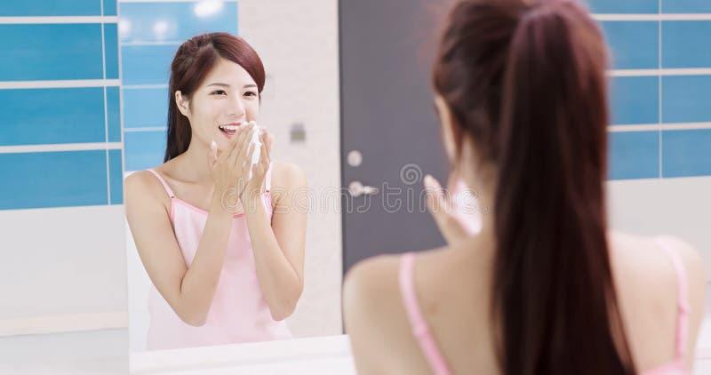 смотрите на ее женщину мытья стоковые фото