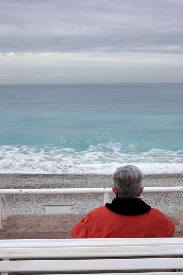 смотрит море человека старое стоковое изображение rf