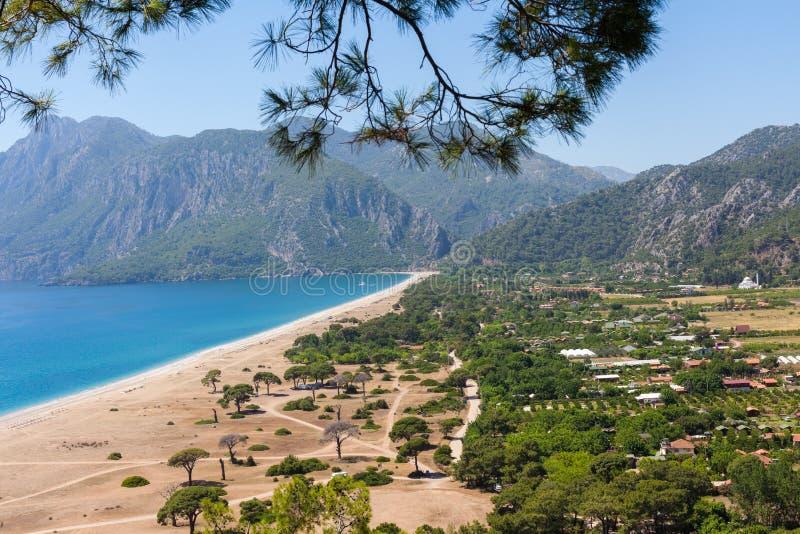 Смотровая площадка на Cirali в Турции Панорамный взгляд моря против фона изрезанных гор стоковое изображение rf