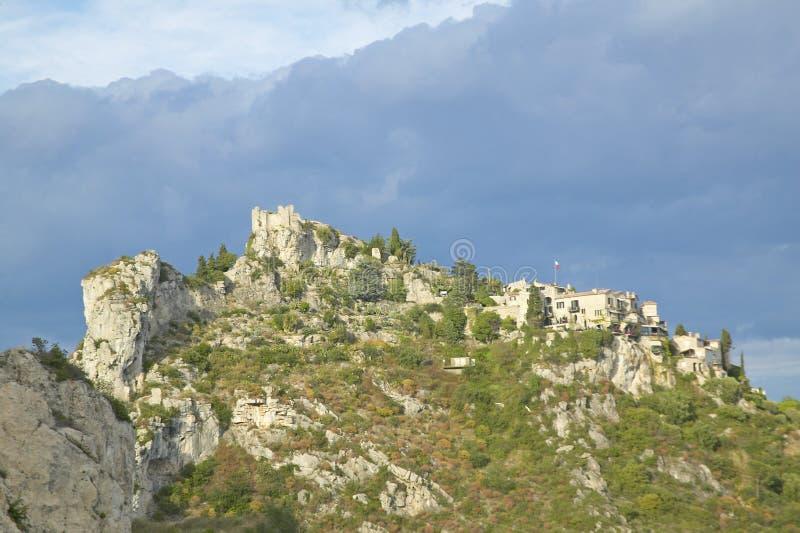 Смотрящ вверх на городке Ла Turbie с des Alpes и церковью Trophee, Франция стоковые изображения rf