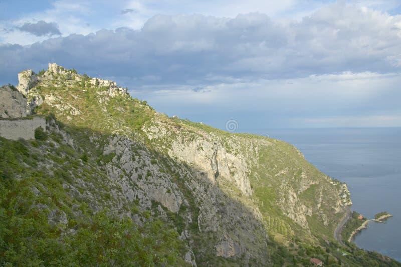 Смотрящ вверх на городке Ла Turbie с des Alpes и церковью Trophee, Франция стоковое фото