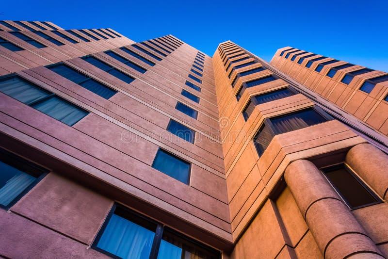 Смотрящ вверх на гостинице в городском Уилмингтоне, Мэриленд стоковые фото