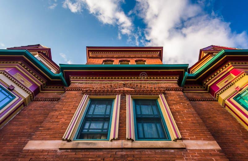 Смотрящ вверх на интересном здании в новом Оксфорде, Pennsylvani стоковое изображение rf