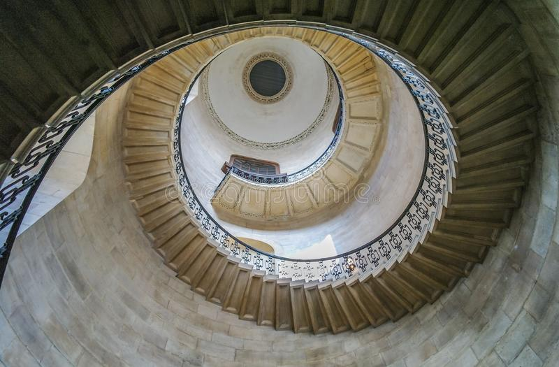 Смотрящ вверх на куполе внутри собора ` s St Paul, Лондон стоковая фотография rf