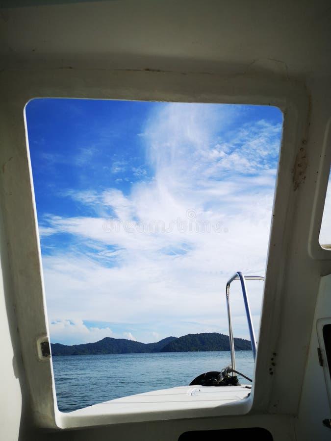 Смотрящ до конца вне от входной двери шлюпки пикирования к парку Tunku Abdul Rahman, Kota Kinabalu Сабах, Малайзия Борнео стоковое изображение rf
