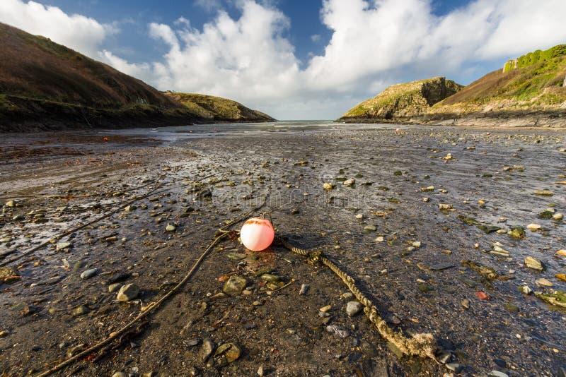 Смотрящ к гавани моря небольшой естественной, Abercastle, широкоформатное, ландшафт, красный томбуй в переднем плане стоковое фото rf