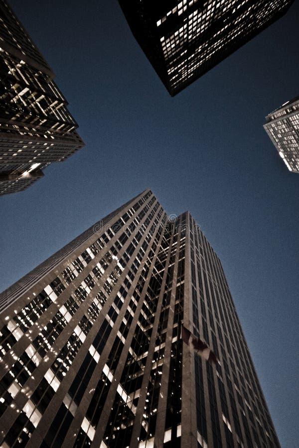 смотрящ небоскребы вверх стоковая фотография