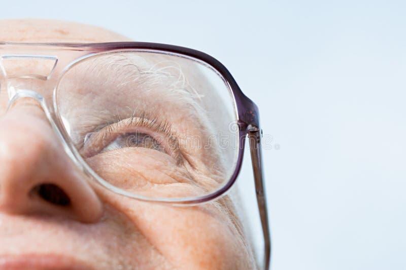 смотрящ старший человека вверх стоковая фотография