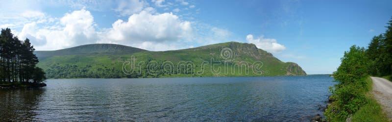 Смотрящ через воду Ennerdale, широкое панорамное стоковые изображения rf