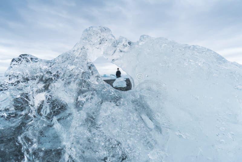 Смотрящ через отверстие в айсберге на Jokulsarlon, Исландия стоковое фото rf