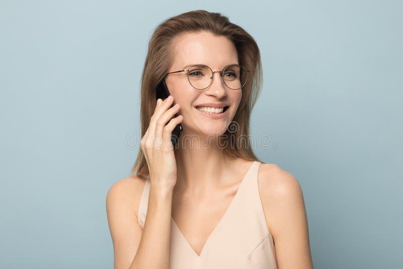Смущенная женщина в мобильном телефоне владением стекел имея проблемы с подключением стоковые фотографии rf