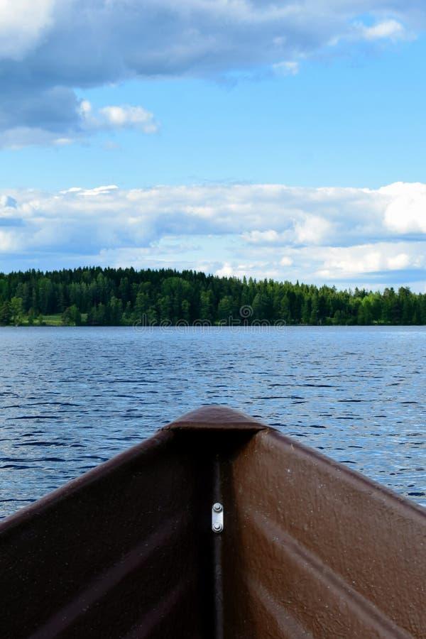 Смычок весельной лодки на озере в Финляндии стоковая фотография rf