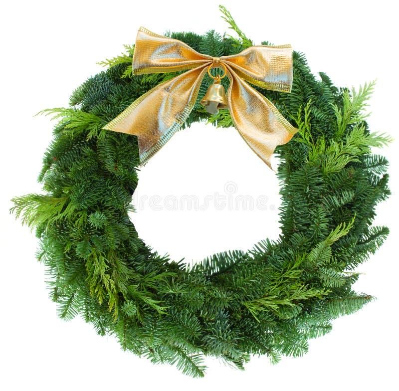 Смычок зеленого woth венка рождества золотой стоковое изображение rf