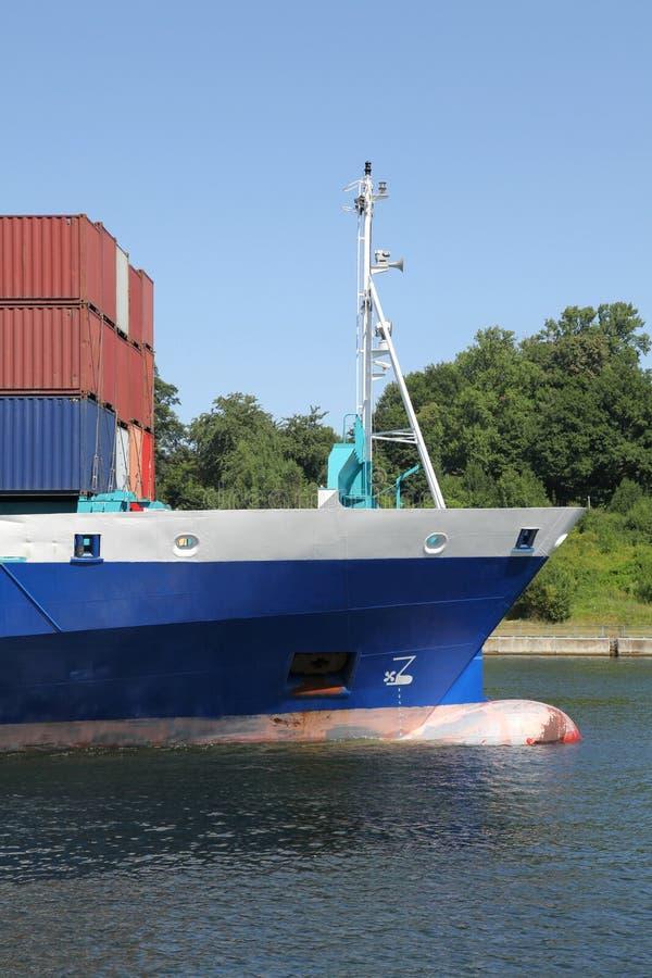 Download Смычок контейнеровоза стоковое фото. изображение насчитывающей корабль - 33732306