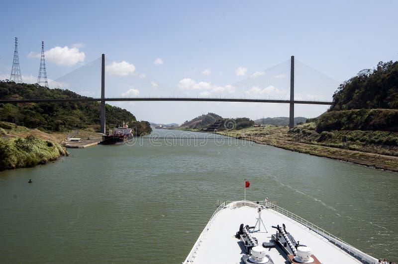Смычок туристического судна проходя Панамский Канал около моста стоковое фото