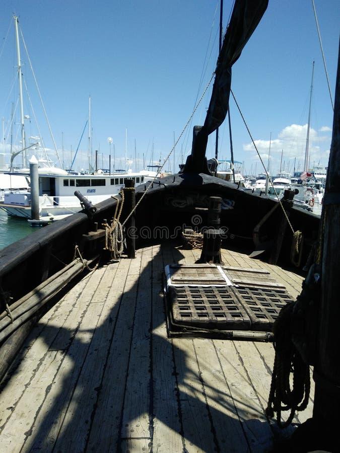 Смычок черного пиратского корабля стоковые фото
